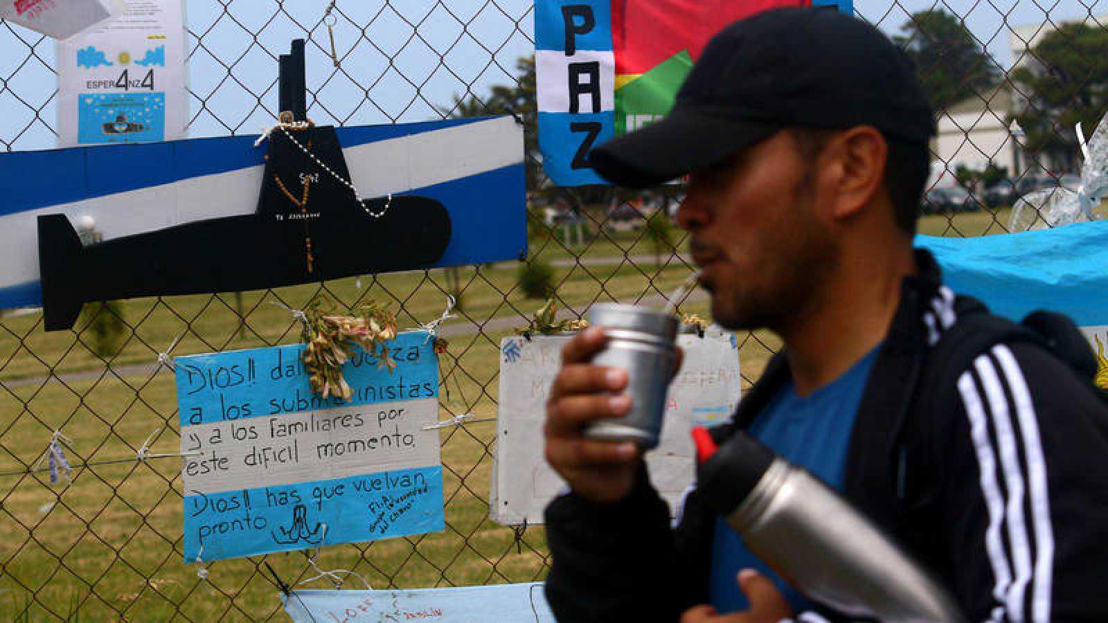 Un hombre pasa frente a la Base Naval Mar del Plata en Argentina