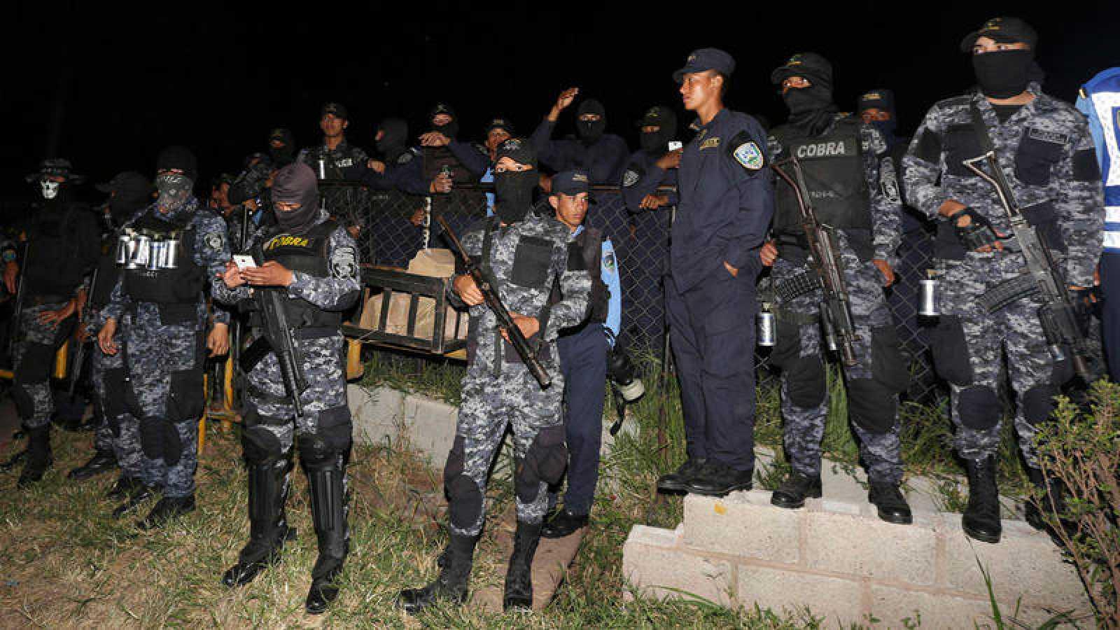 """Cientos de policías antidisturbios de Honduras se declaran en huelga de """"brazos caídos"""""""