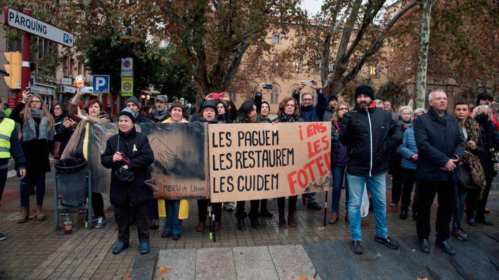 Manifestantes fuera del Museo de Lleida para intentar dificultar el traslado de los obras de Sijena a Aragón
