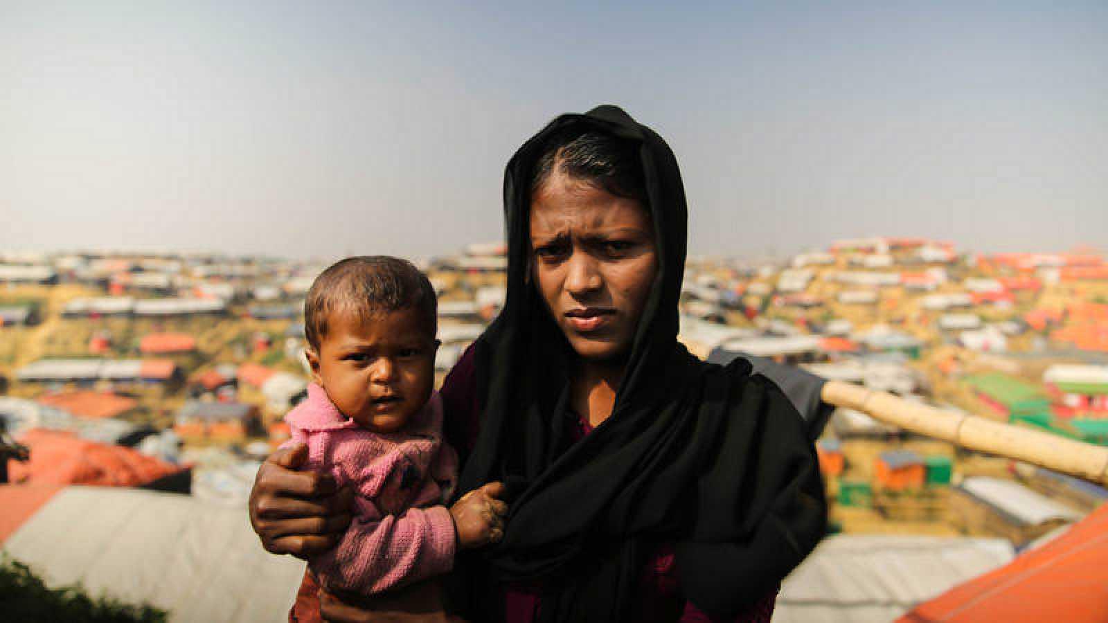 Yassin Tara, de 20 años y su hija Asma de 10, son refugiadas rohingya en Bangladesh desde septiembre