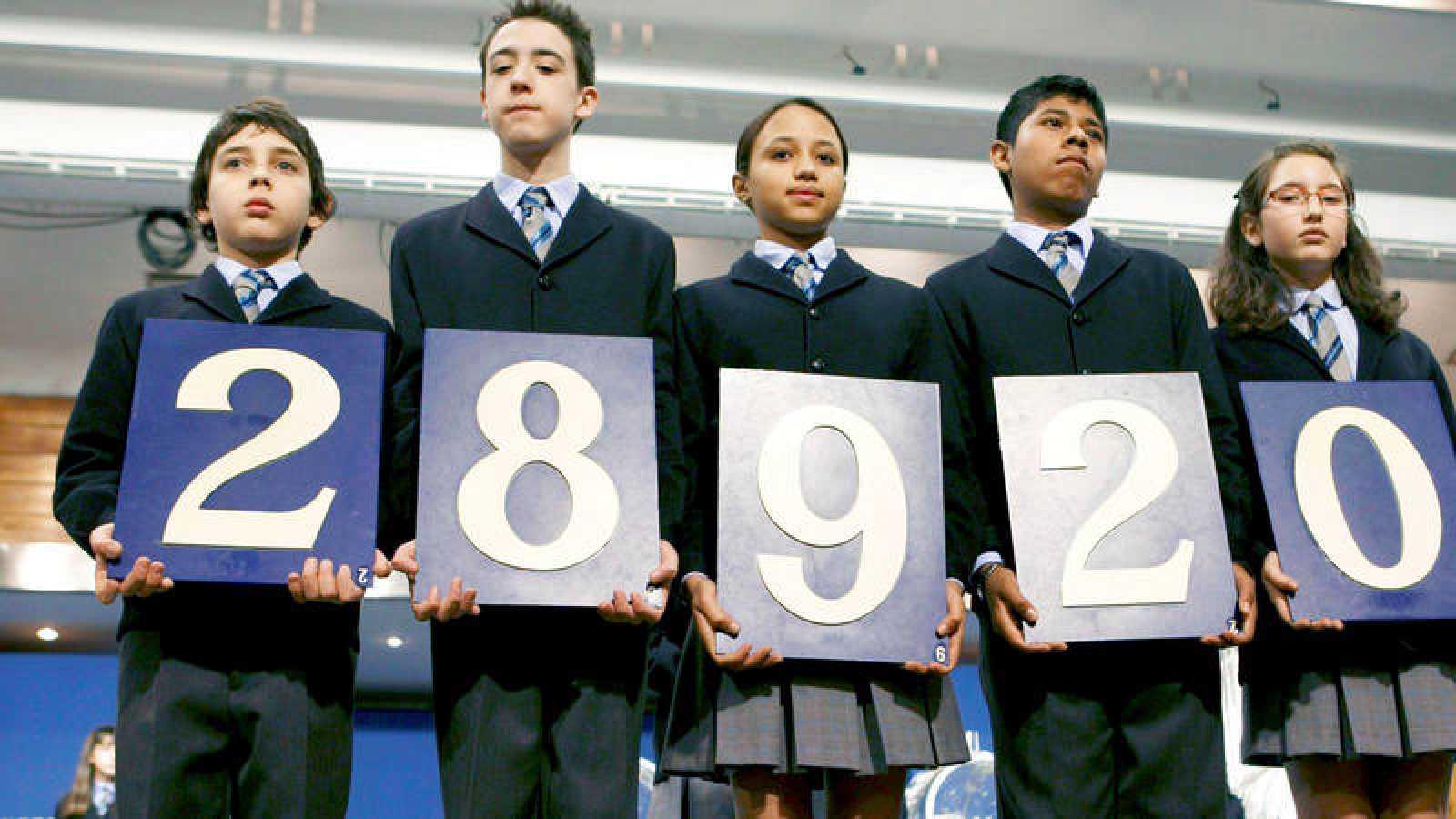 """Los niños de San Ildefonso muestran el primer premio del Sorteo Extraordinario de lotería de """"El Niño"""" en 2009"""