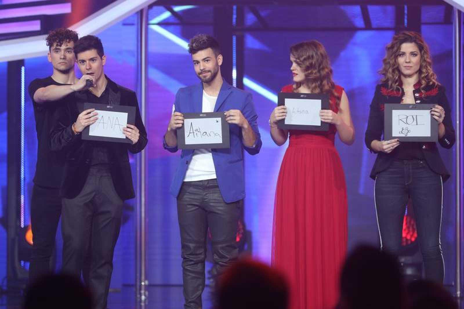Alfred, Agoney, Amaia y Miriam muestran sus pizarras en la Gala 10 de OT