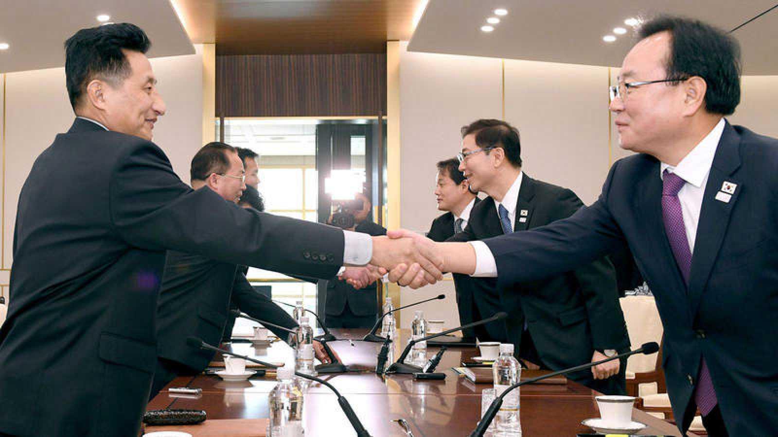 Las delegaciones de Corea del Norte y del Sur se estrechan las manos