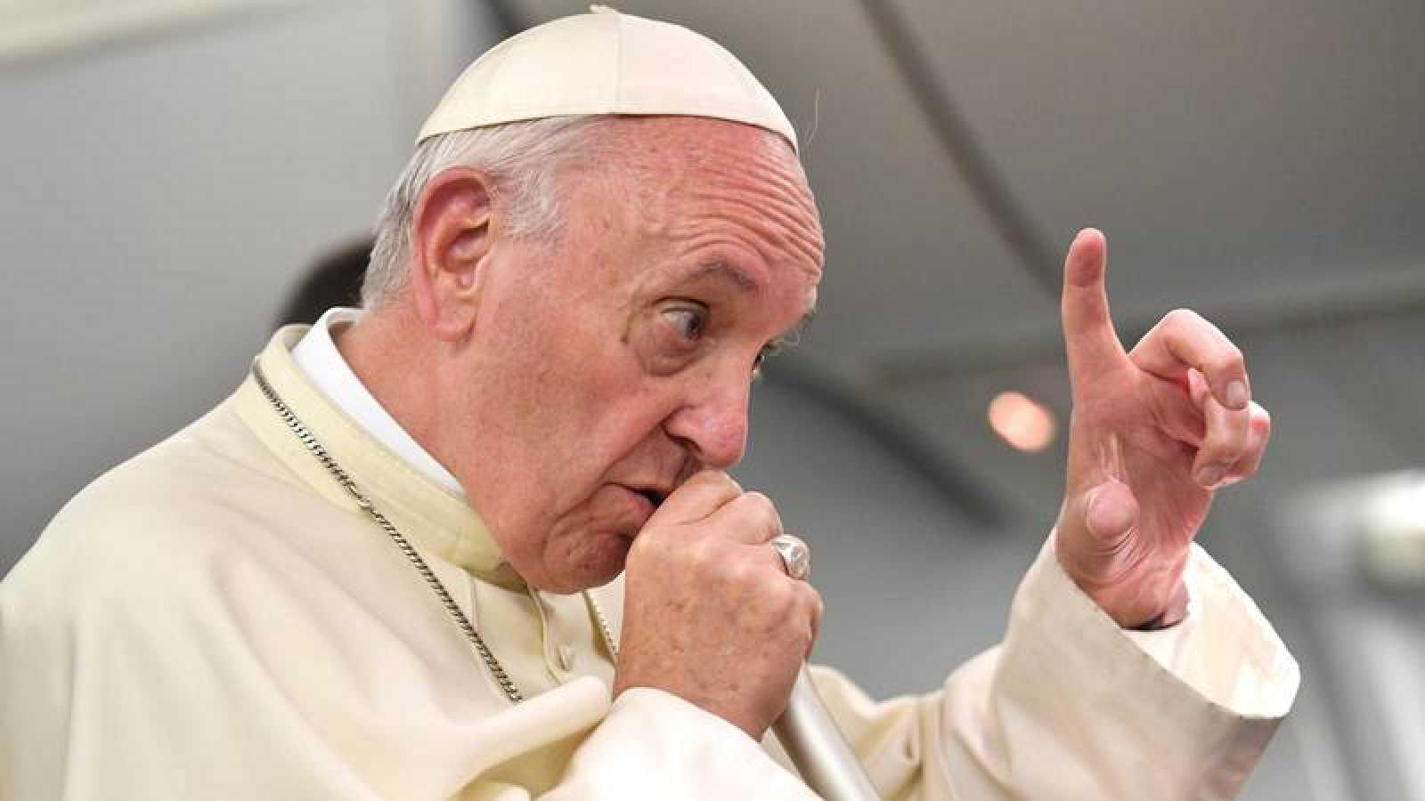 El papa Francisco fotografiado en el vuelo de regreso a Roma desde Perú