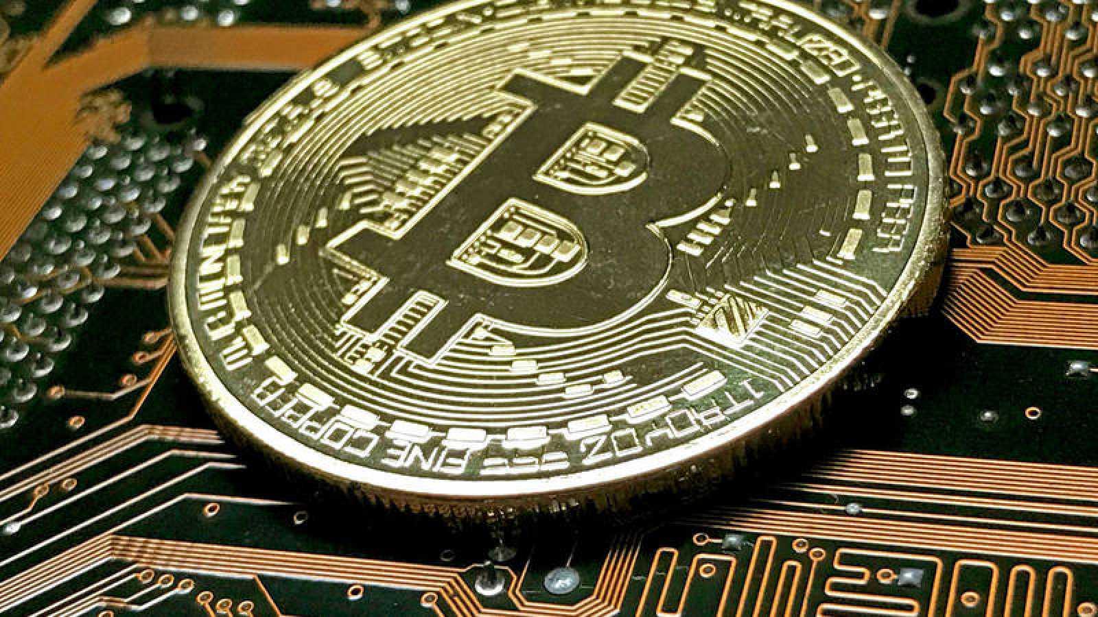 Vista de una moneda simbólica de bitcoin