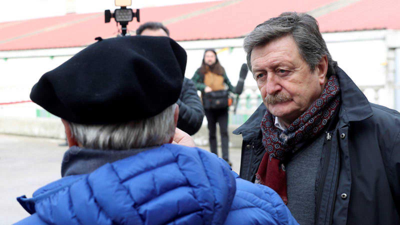El presidente de la gestora de la RFEF, Juan Luis Larrea (derecha).