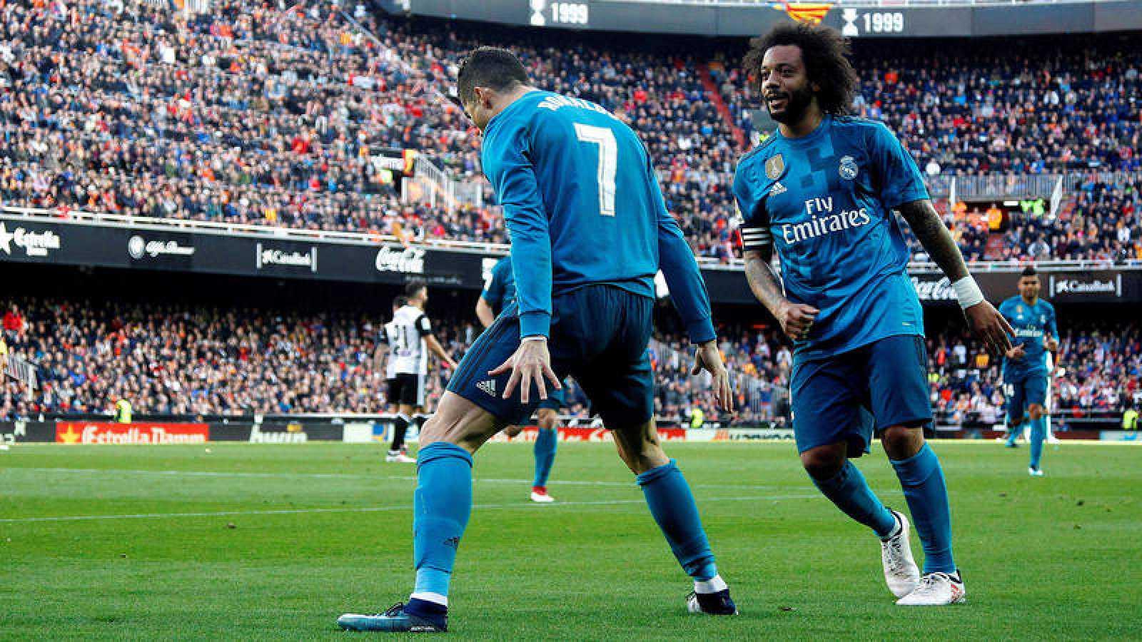 Cristiano Ronaldo celebra uno de sus dos penaltis en Mestalla.