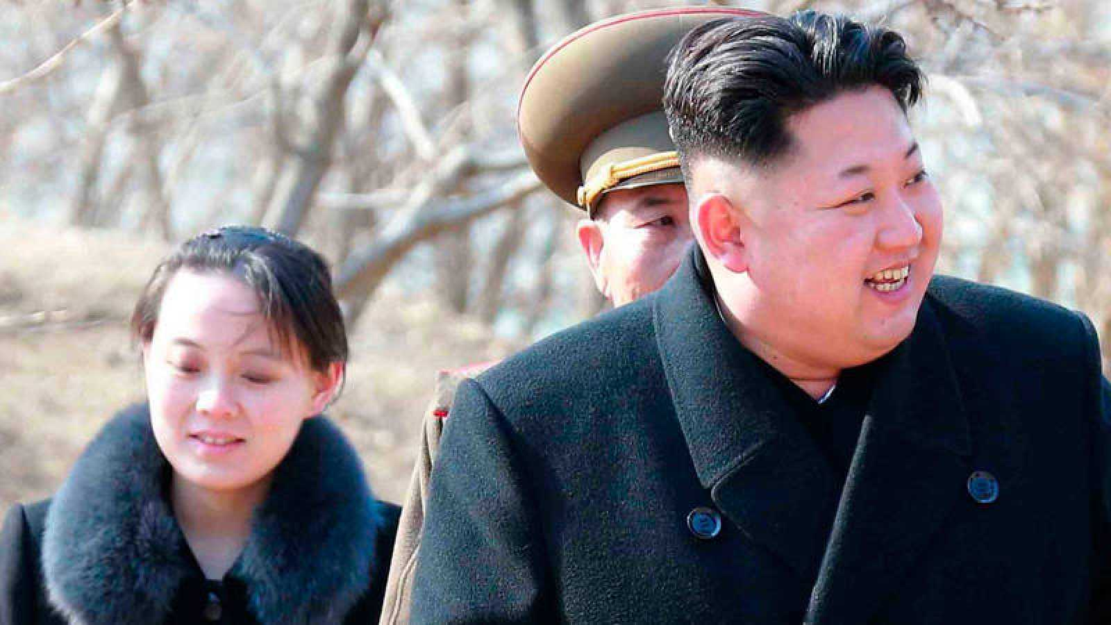 Jong-un, y su hermana pequeña Kim Yo-jong mientras realizan una visita a una unidad militar en una isla cerca de la frontera con Corea del Sur en el Mar del Japón.