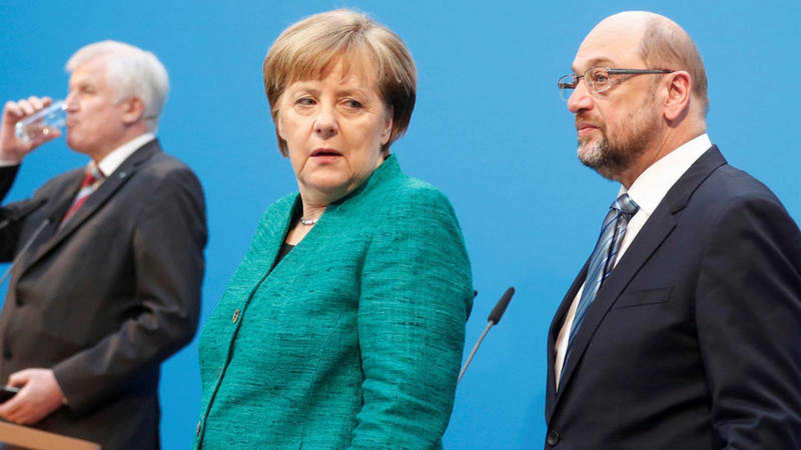 La líder de la conservadora CDU alemana, Angela Merkel, mira a su homólogo socialdemócrata, Martin Schulz