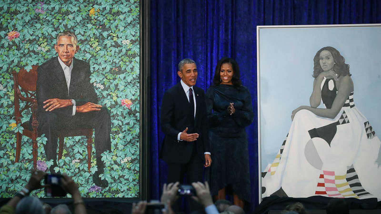 Barack Obama y Michelle Obama junto a sus retratos en la Smithsonian's National Portrait Gallery.