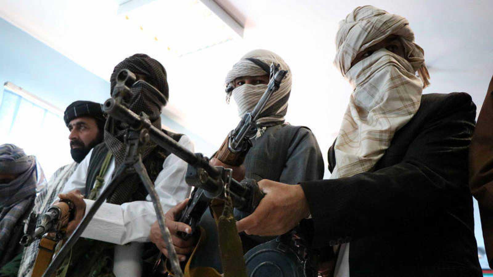 Exmiembros de los talibanes entregan sus armas durante una ceremonia de reconciliación en Herat (Afganistán)