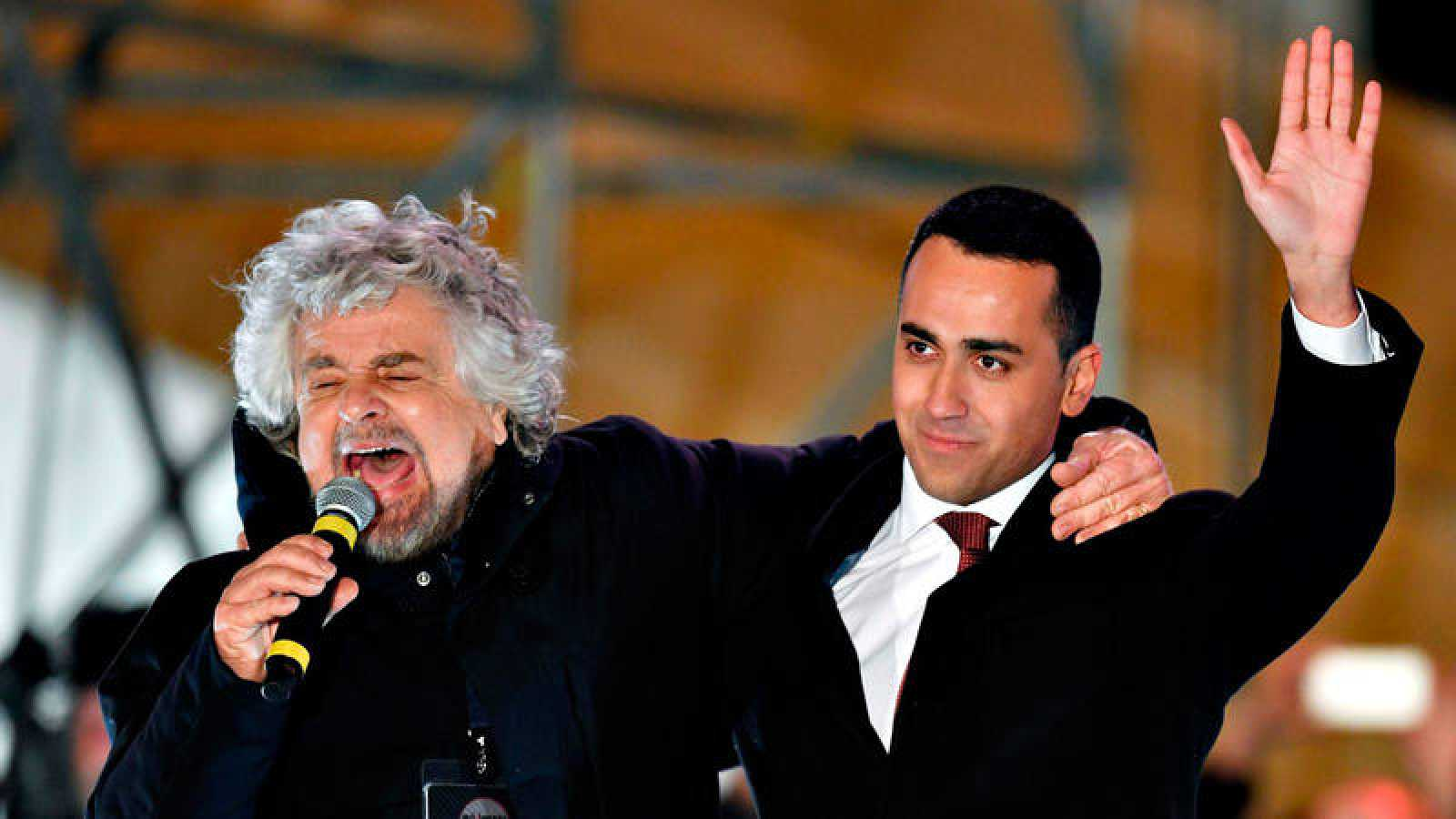 El fundador del M5S, Beppe Grillo, abraza al candidato de la formación, Luigi di Maio, en el acto de cierre de campaña