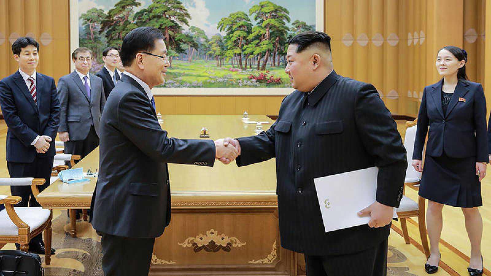 Kim Jong Un estrecha la mano del jefe de la delegación surcoreana