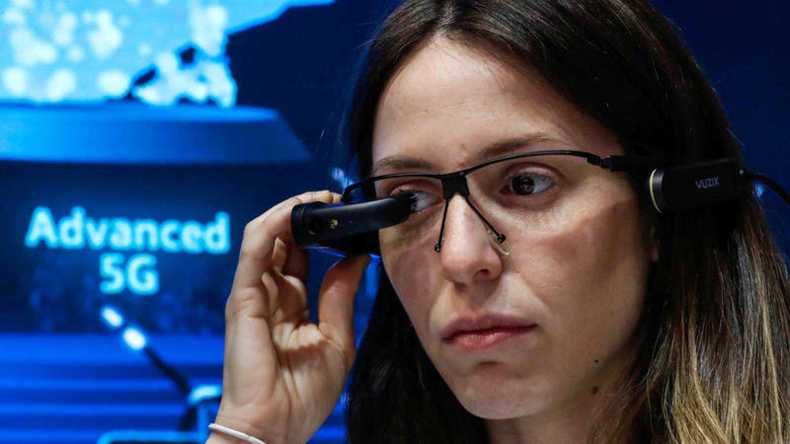 Una mujer se prueba unas gafas de realidad virtual en el Mobile World Congress de Barcelona