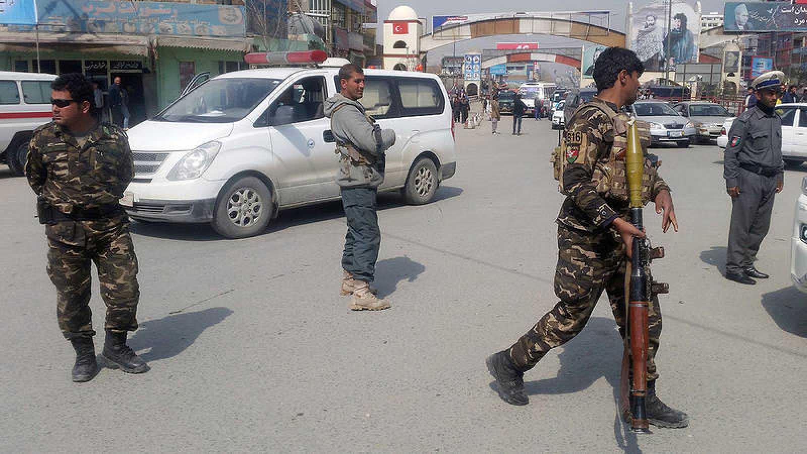 Fuerzas de seguridad afganas cerca del lugar del atentado, en Kabul