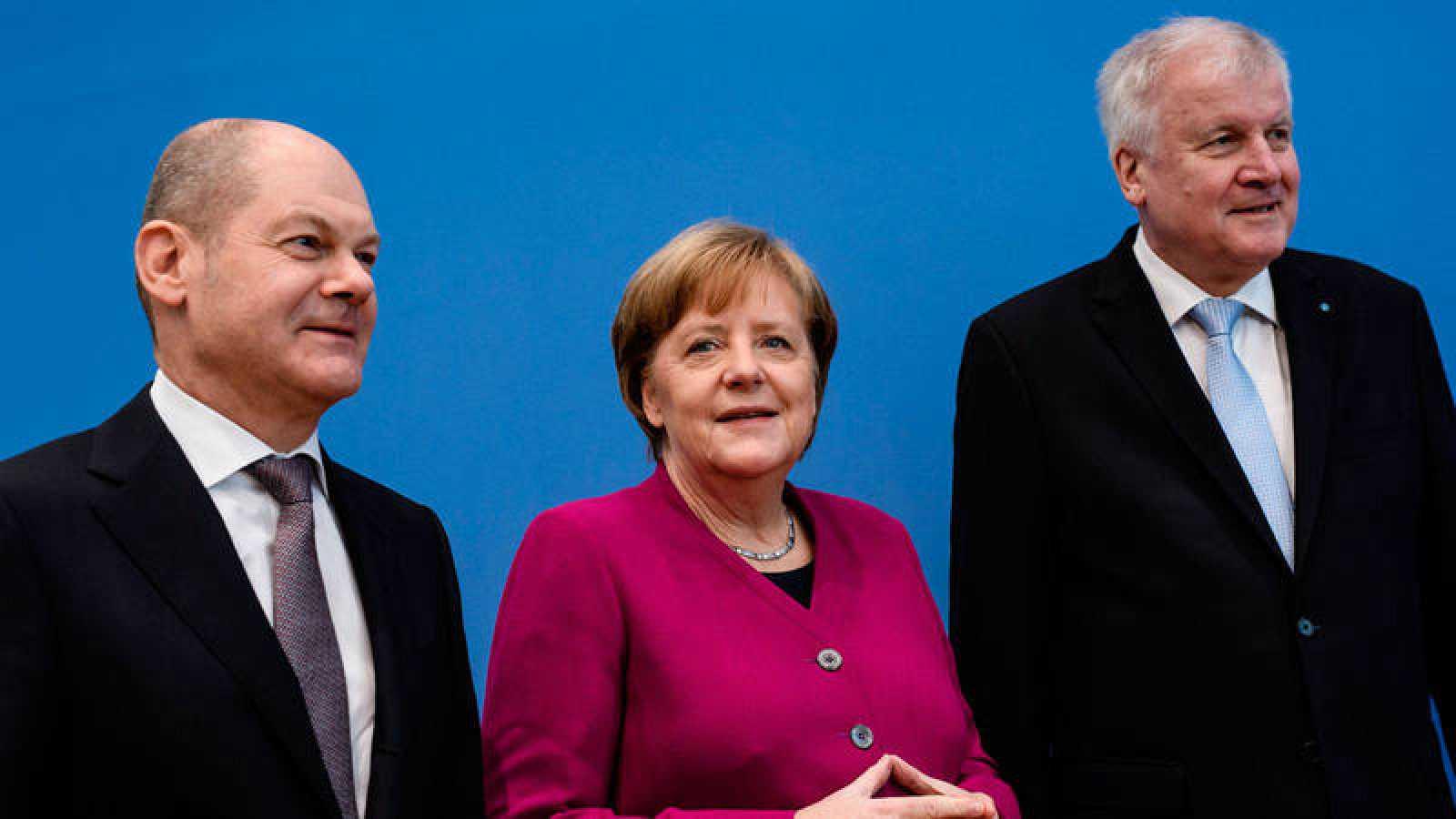 El líder del Partido Socialdemócrata (SPD), Horst Seehofer; la canciller alemana y líder de la Unión Cristianodemócrata (CDU), Angela Merkel; y el líder de la Unión Socialcristiana (CSU), Olaf Zcholz