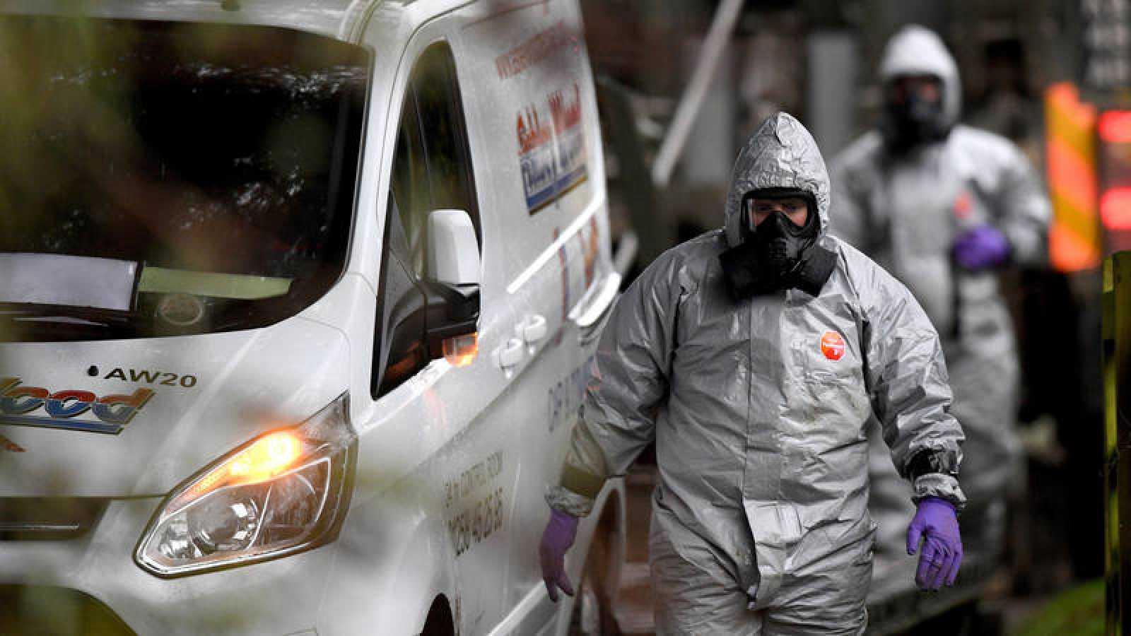 Miembros del ejército británico equipados con trajes NBQ investigan el envenenamiento del agente ruso Skripal