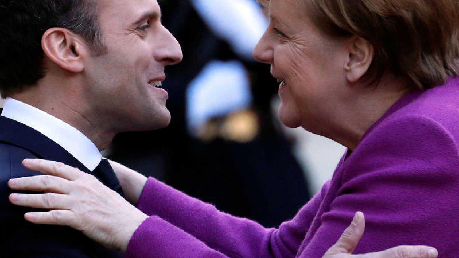 Emmanuel Macron da la bienvenida a Angela Merkel a su llegada al palacio de Elíseo, en París (Francia)