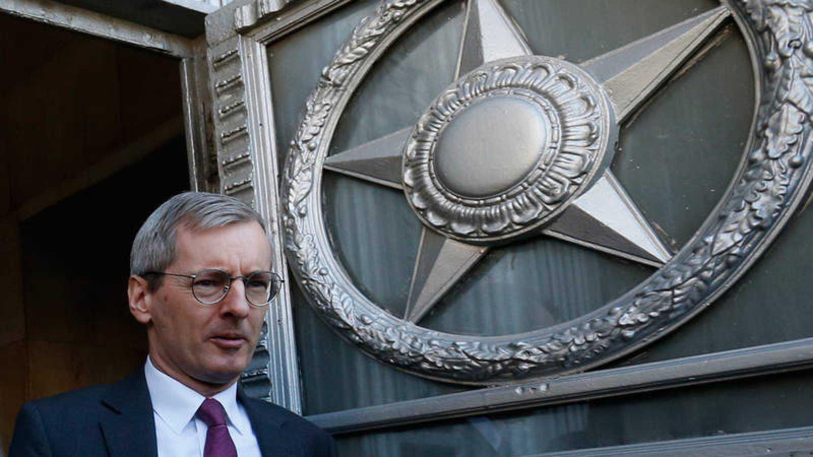 El embajador británico Laurie Bristow, saliendo de la sede del Ministerio de Asuntos Exteriores de Rusia en Moscú
