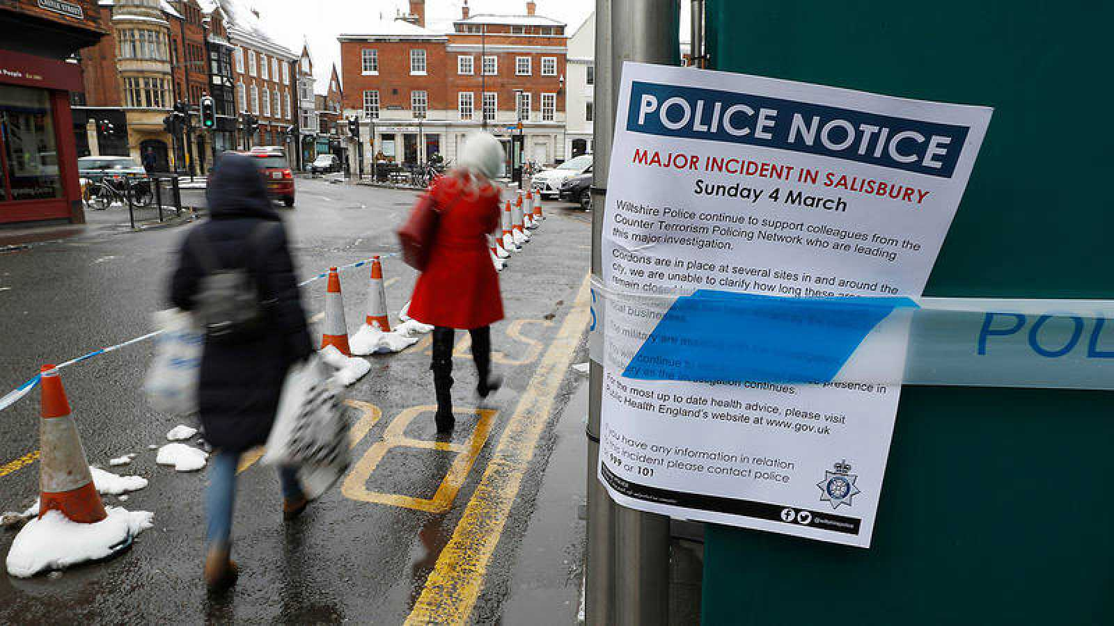 Nota policial junto a un restaurante que fue visitado por el exespía ruso Sergei Skripal y su hija, antes de ser hallados envenenados en Salisbury, Reino Unido.
