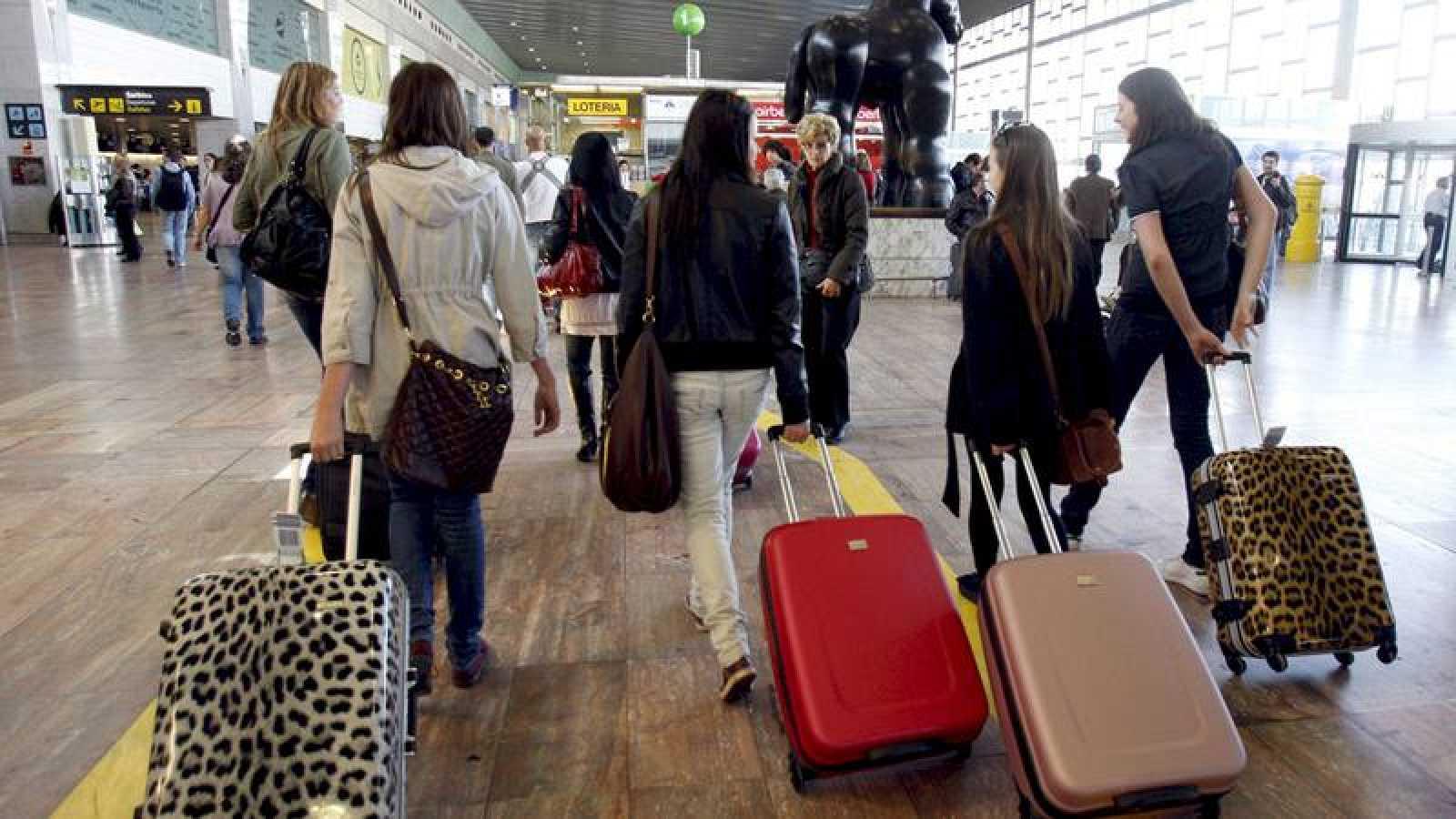 Aumenta un 3,2% el número de españoles que reside en el extranjero hasta los 2,4 millones
