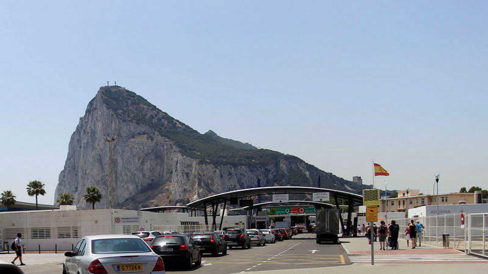 Colas de vehículos para entrar en Gibraltar desde La Línea de la Concepción