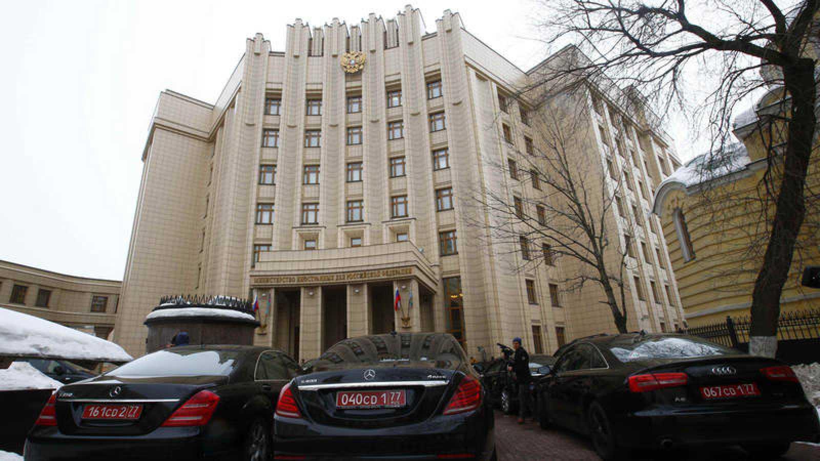 Coches de embajadores frente a la sede del Ministerio de Exteriores ruso en Moscú