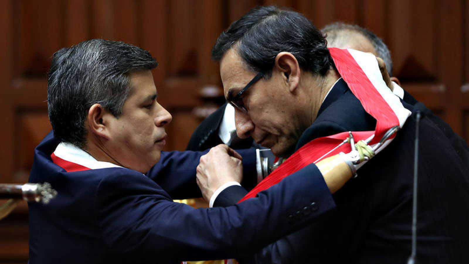 El presidente del Congreso peruano, Luis Galarreta, le impone la banda presidencial a Martín Vizcarra