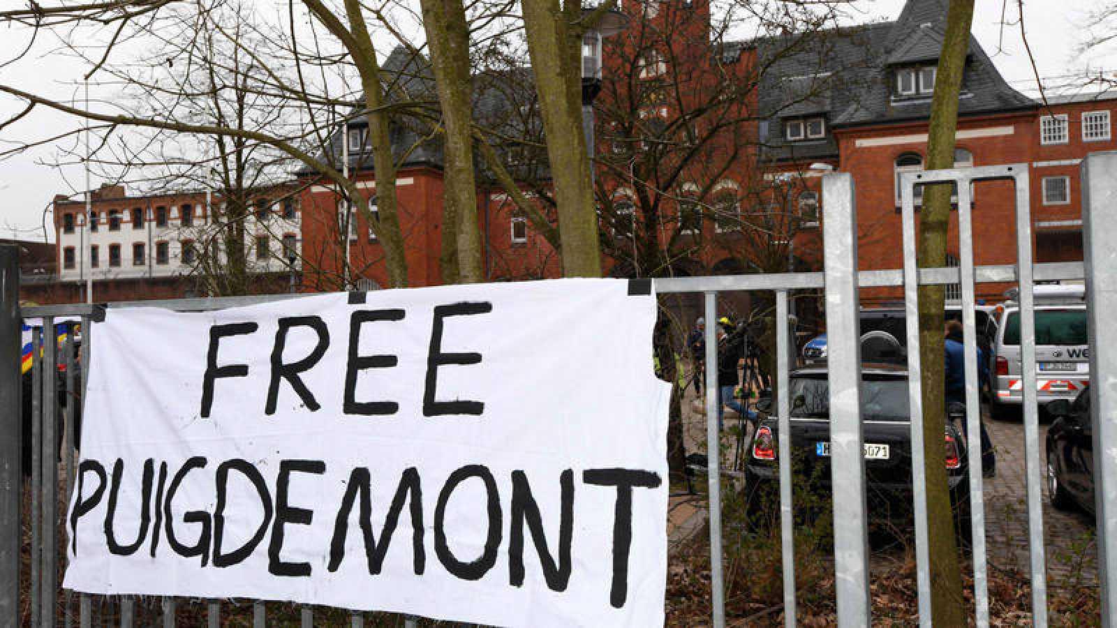 Pancarta en la prisión alemana en la que está detenido Carles Puigdemont para pedir su libertad