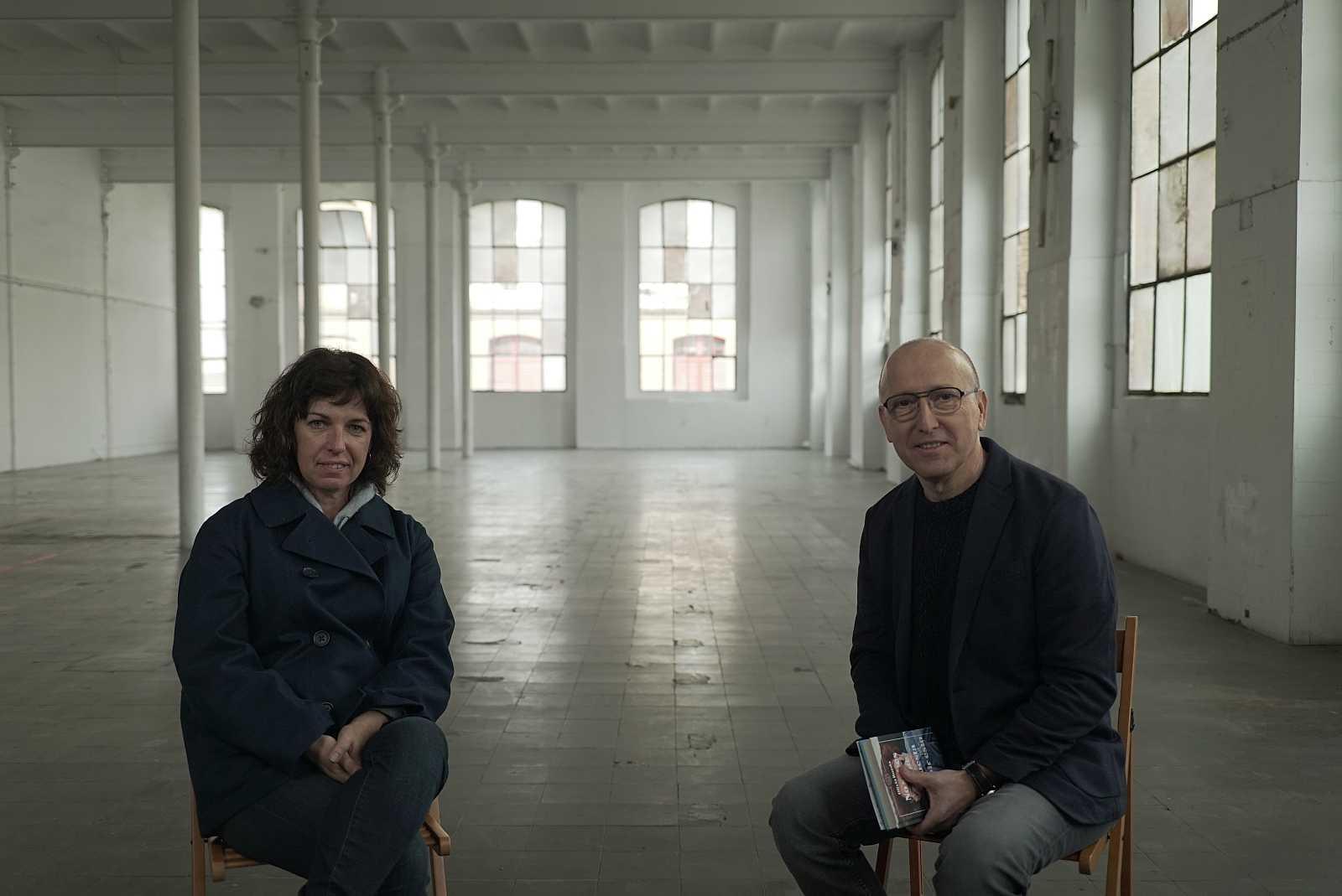 Óscar López charla con Olivia Rueda