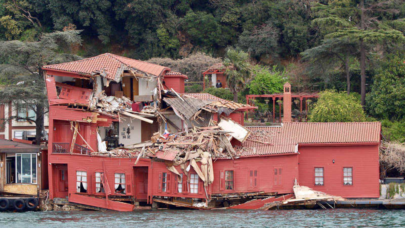 La mansión Hekimbasi Salih Efendi después de que el carguero Vitaspirit chocara contra el edificio