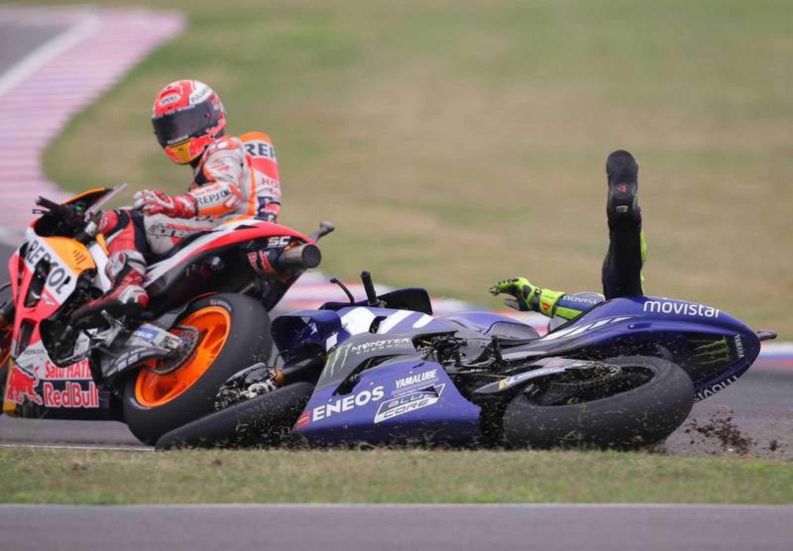 Márquez y Rossi tras el incidente que acabó con el italiano en el suelo.