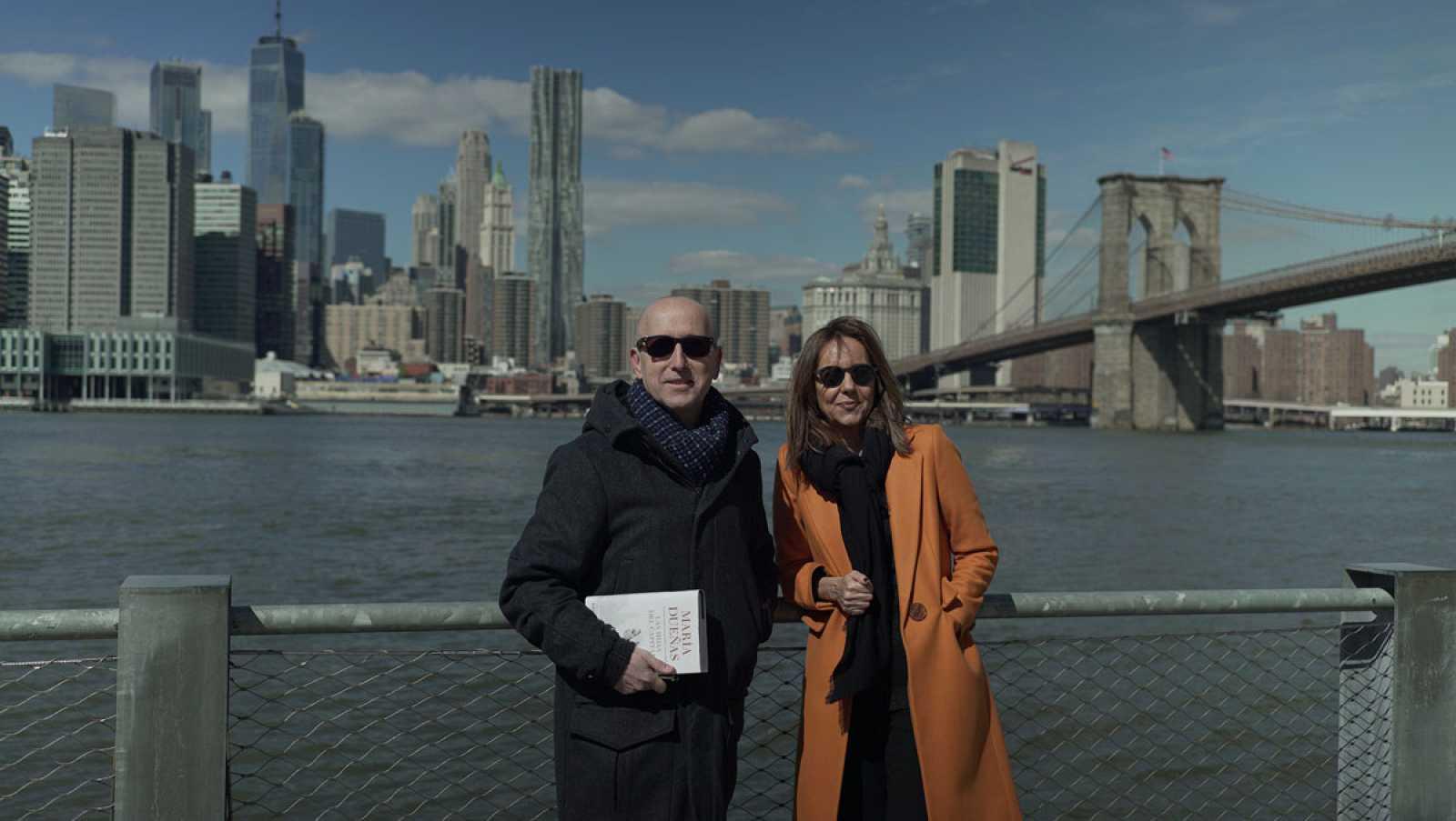 Óscar López charla con María Dueñas en Nueva York