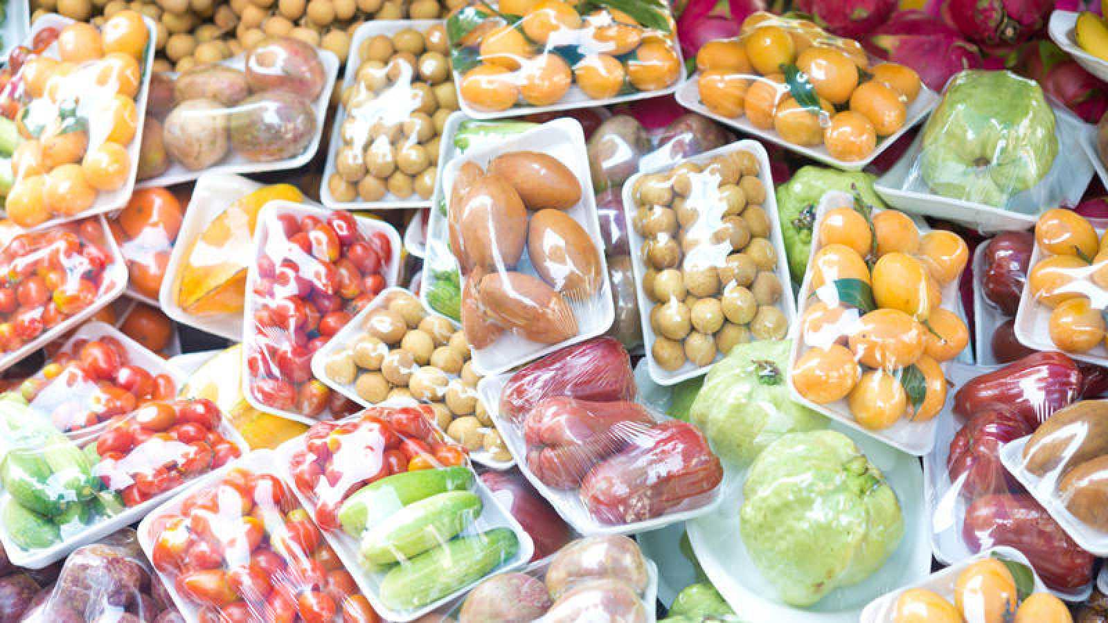 En la mayoría de tiendas de alimentación y grandes superficies es casi imposible evitar comprar sin envases de plástico.