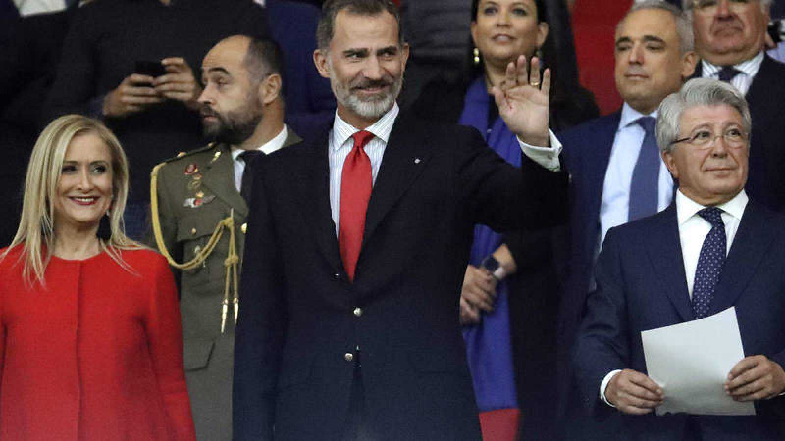 El rey Felipe junto a la presidenta de la Comunidad de Madrid, Cristina Cifuentes y el presidente del equipo rojiblanco, Enrique Cerezo, en la inauguración del Metropolitano.