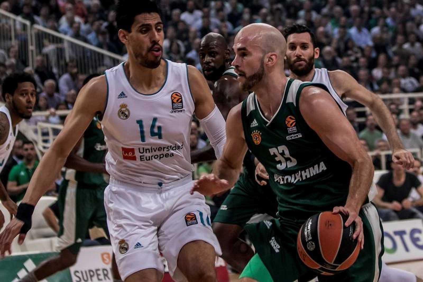 El jugador del Panathinaikos Nick Calathes controla el balón ante Ayón.