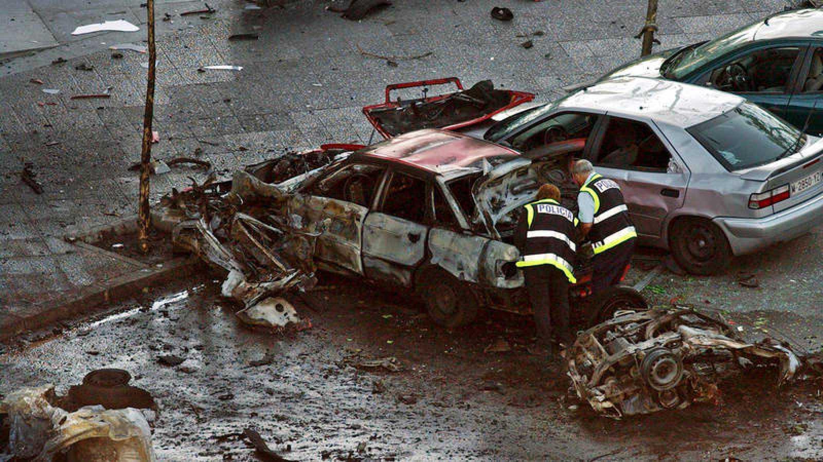 Imagen de archivo del coche que ETA hizo estallar junto al estadio Santiago Bernabéu, en Madrid, el 1 de mayo de 2002
