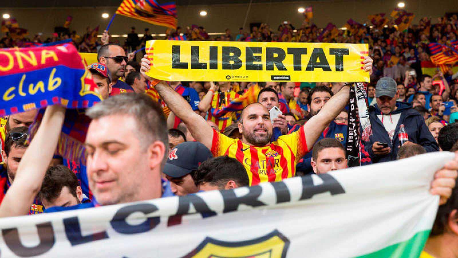 Un aficionado del Barcelona sostiene un cartel amarillo con la palabra 'Libertad' en la final de la Copa del Rey