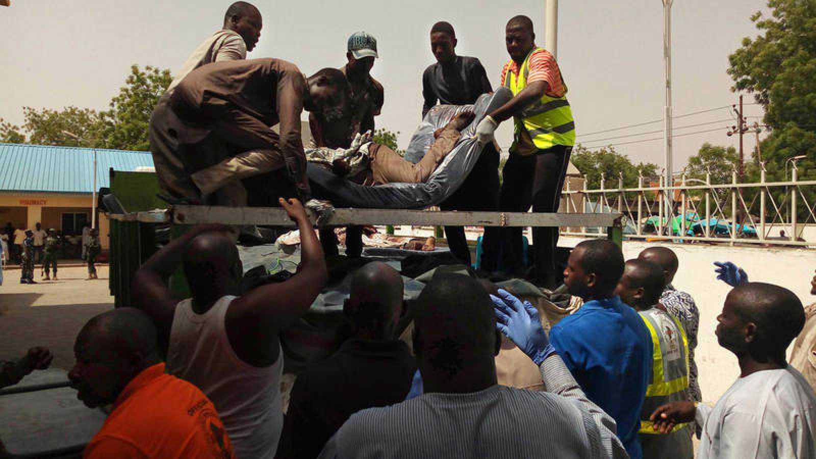 Una de las víctimas mortales del atentado es trasladada a una morgue en Bama