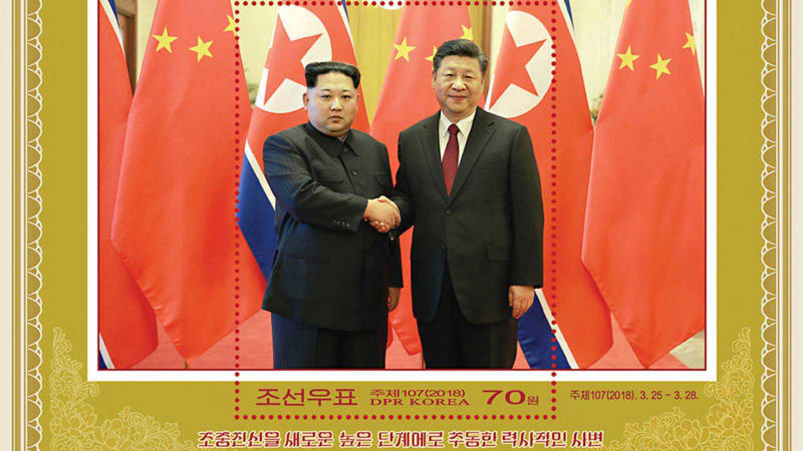 Sello emitido por el Servicio Estatal de Correos de Corea del Norte para conmemorar la visita a China de Kim Jong Un y la reunión con el presidente chino
