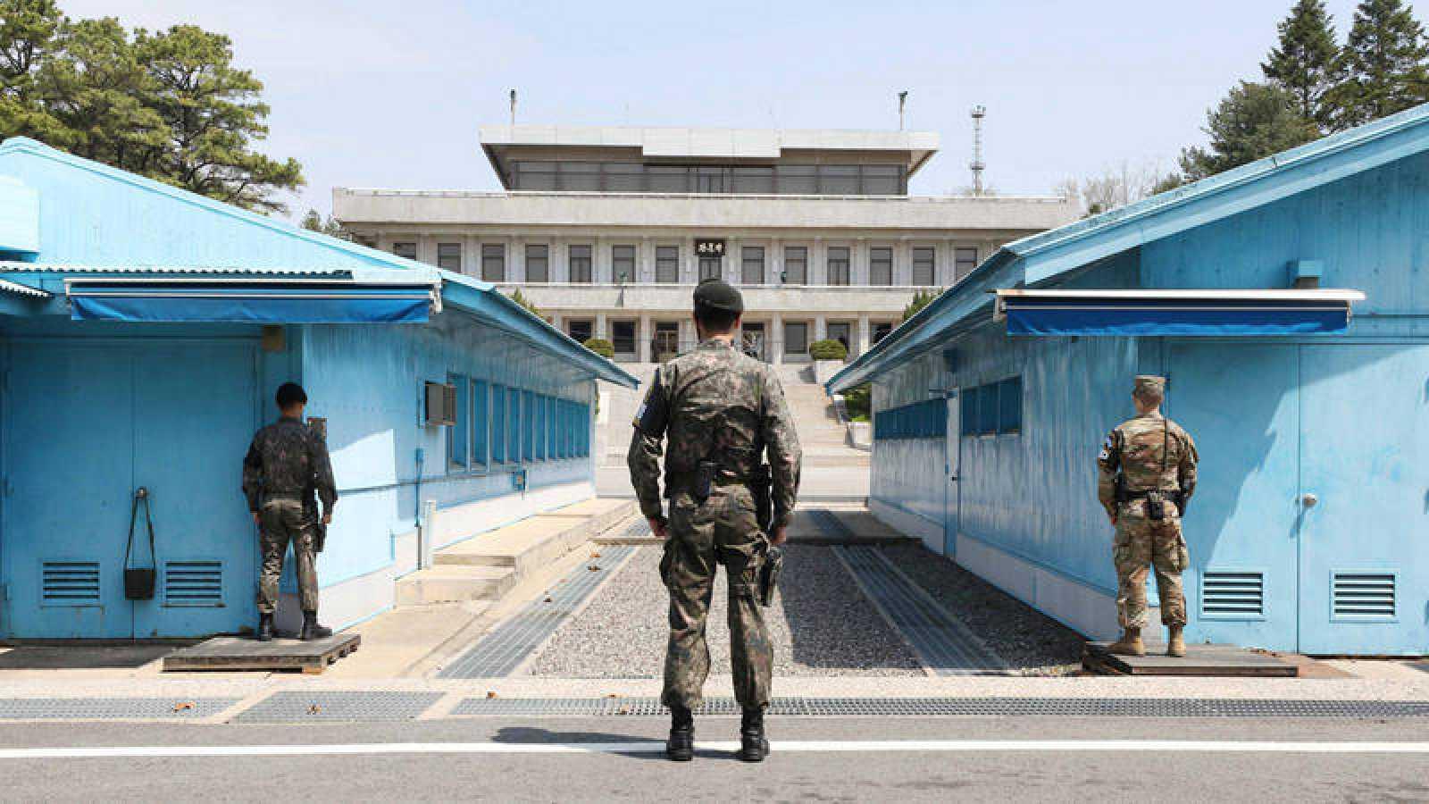 Soldados de Corea del Sur de guardia en la aldea de tregua de Panmunjom
