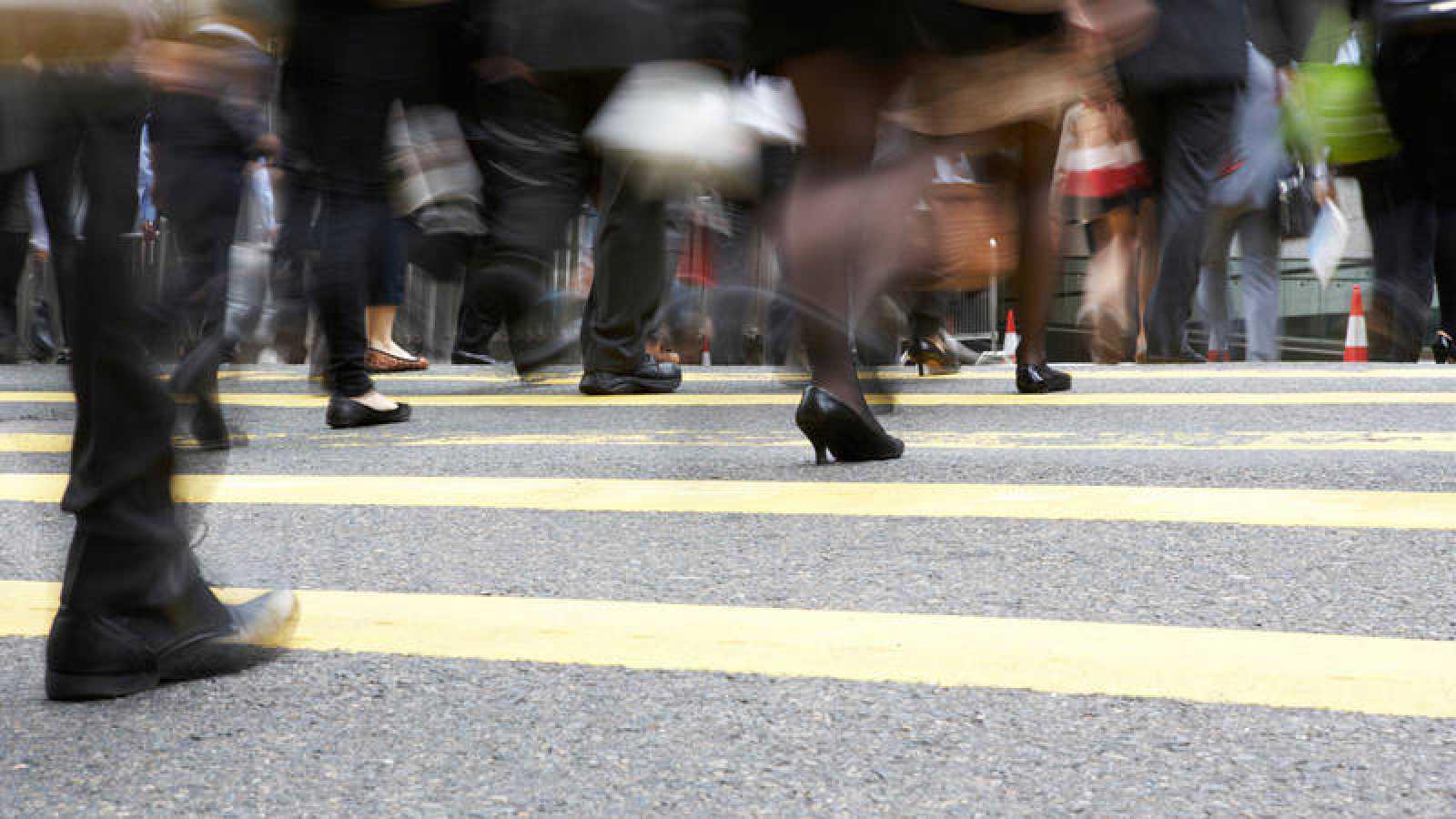 Gente cruzando un paso de cebra.