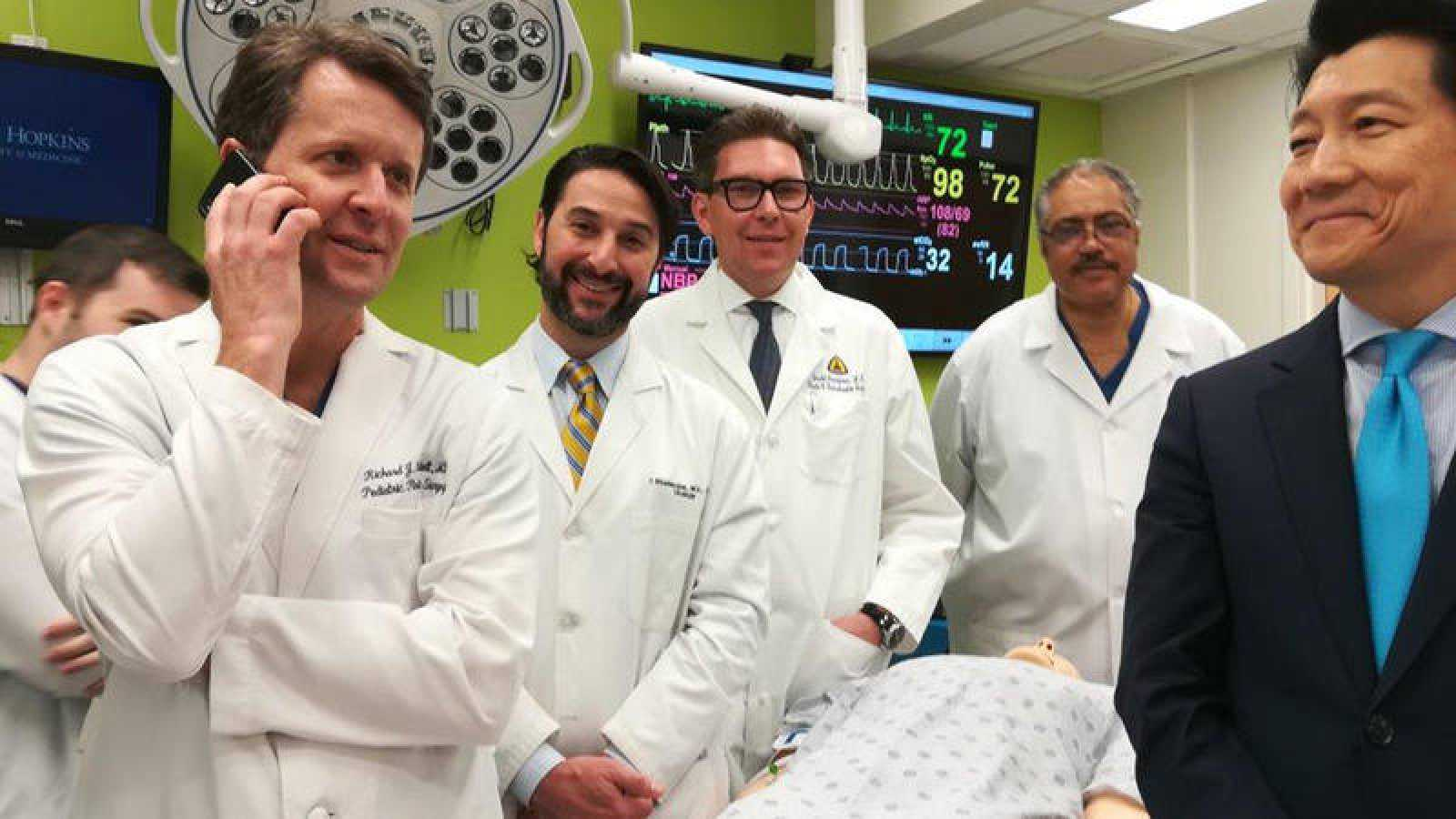 Imagen del equipo médico de la Universidad Johns Hopkins que ha realizado el primer trasplante de pene y escroto.