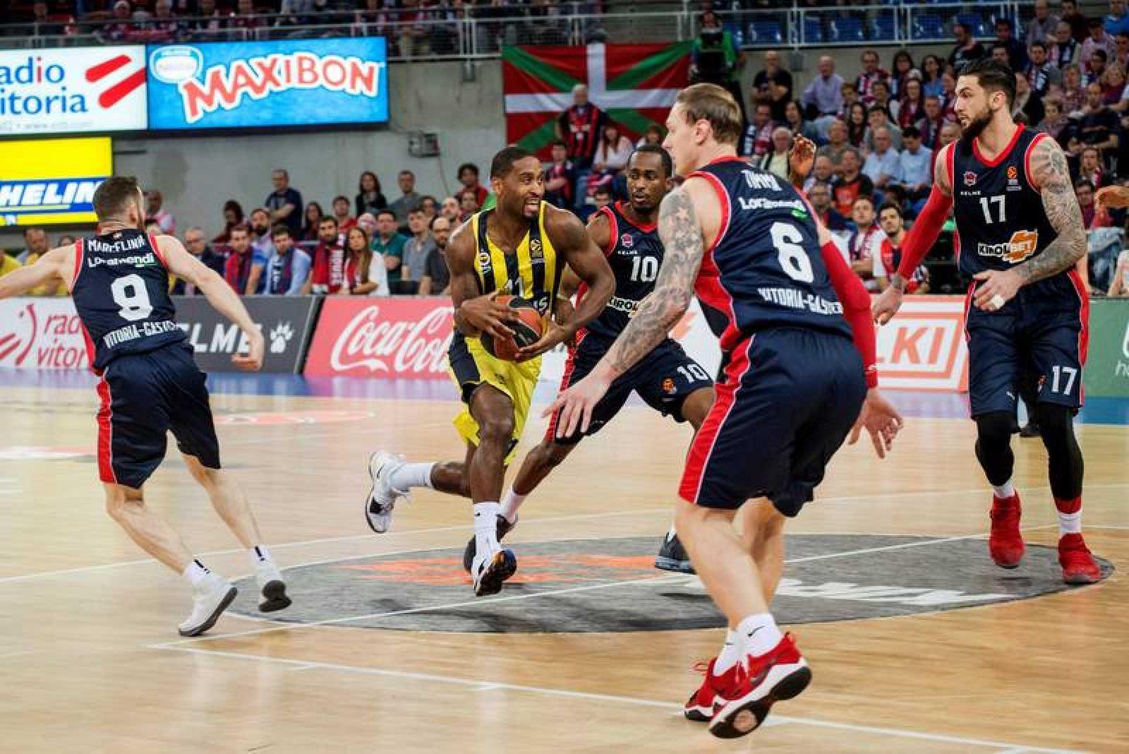 Wanamaker avanza entre los jugadores del Baskonia Beaubois y Huertas.
