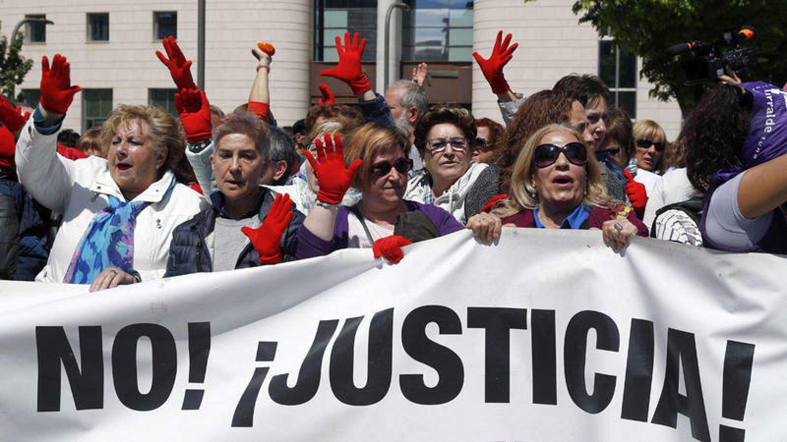 Concentración convocada por los colectivos feministas ante las puertas del Palacio de Justicia de Pamplona, para expresar su disconformidad con el fallo sobre 'La Manada'.