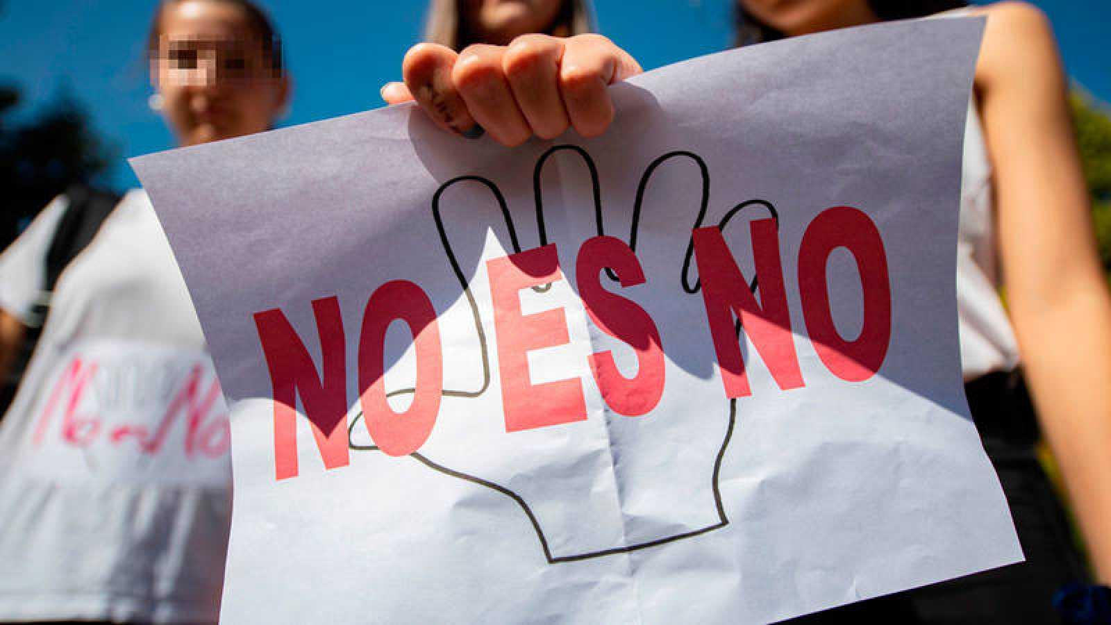 Cartel en protesta por la sentencia que ha condenado a los miembros de 'La Manada' por abuso sexual y no por agresión