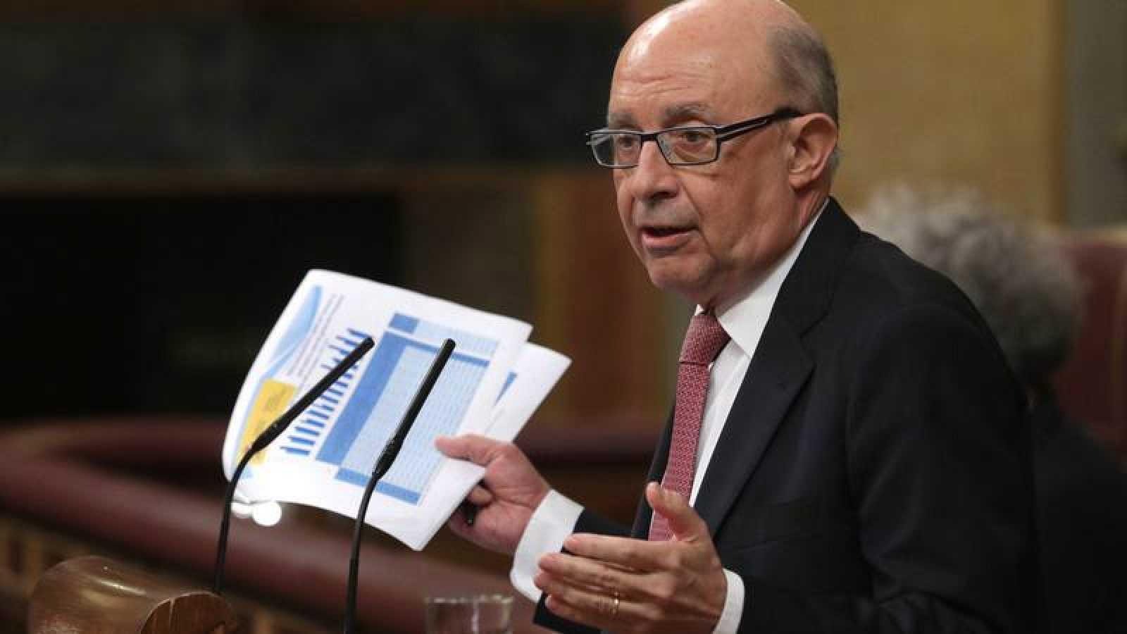 El ministro de Hacienda, Cristóbal Montoro, en el pleno del Congreso de los Diputados el pasado 26 de abril