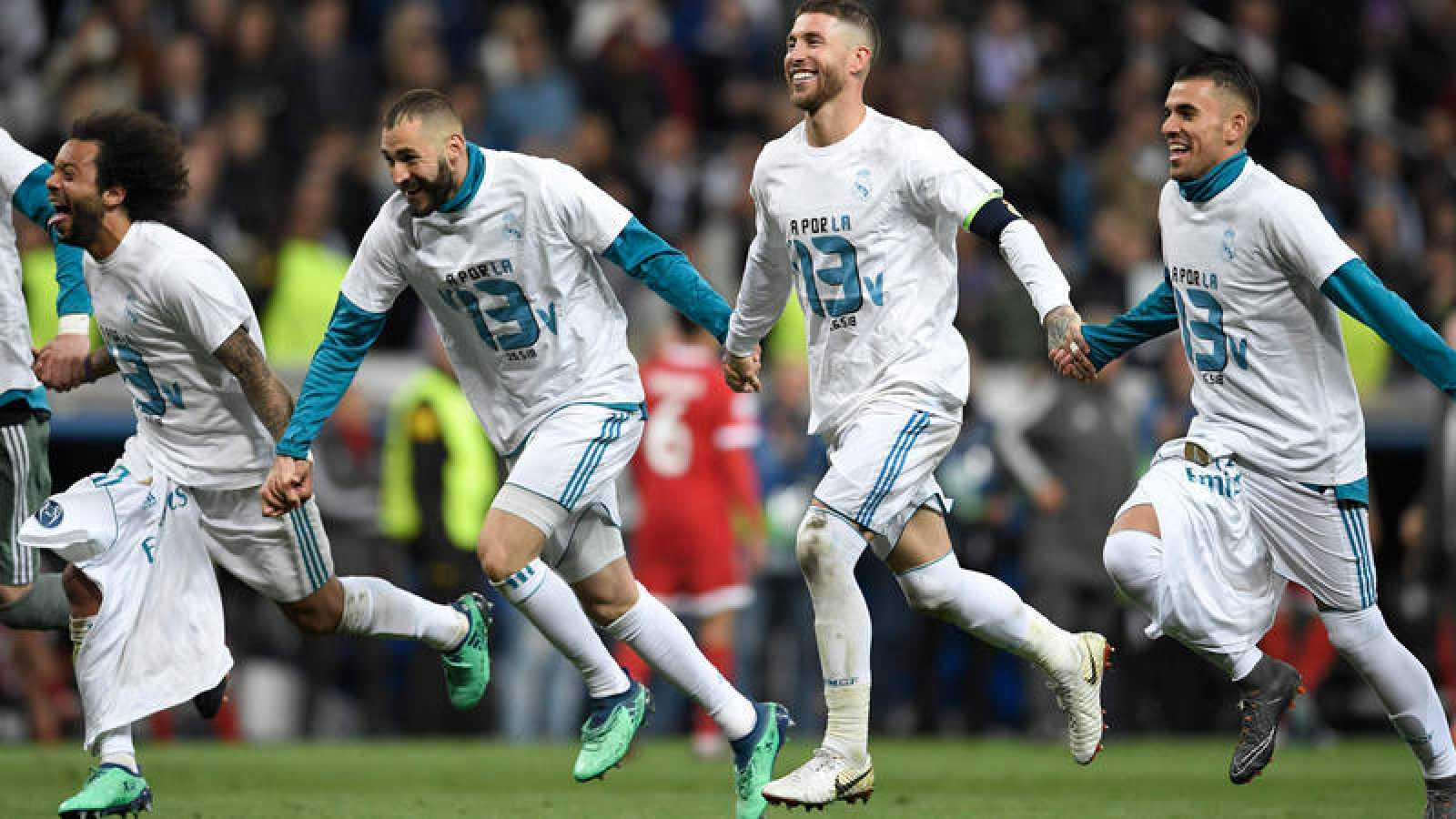 Los jugadores del Madrid celebran el pase a la final con una camiseta conmemorativa.