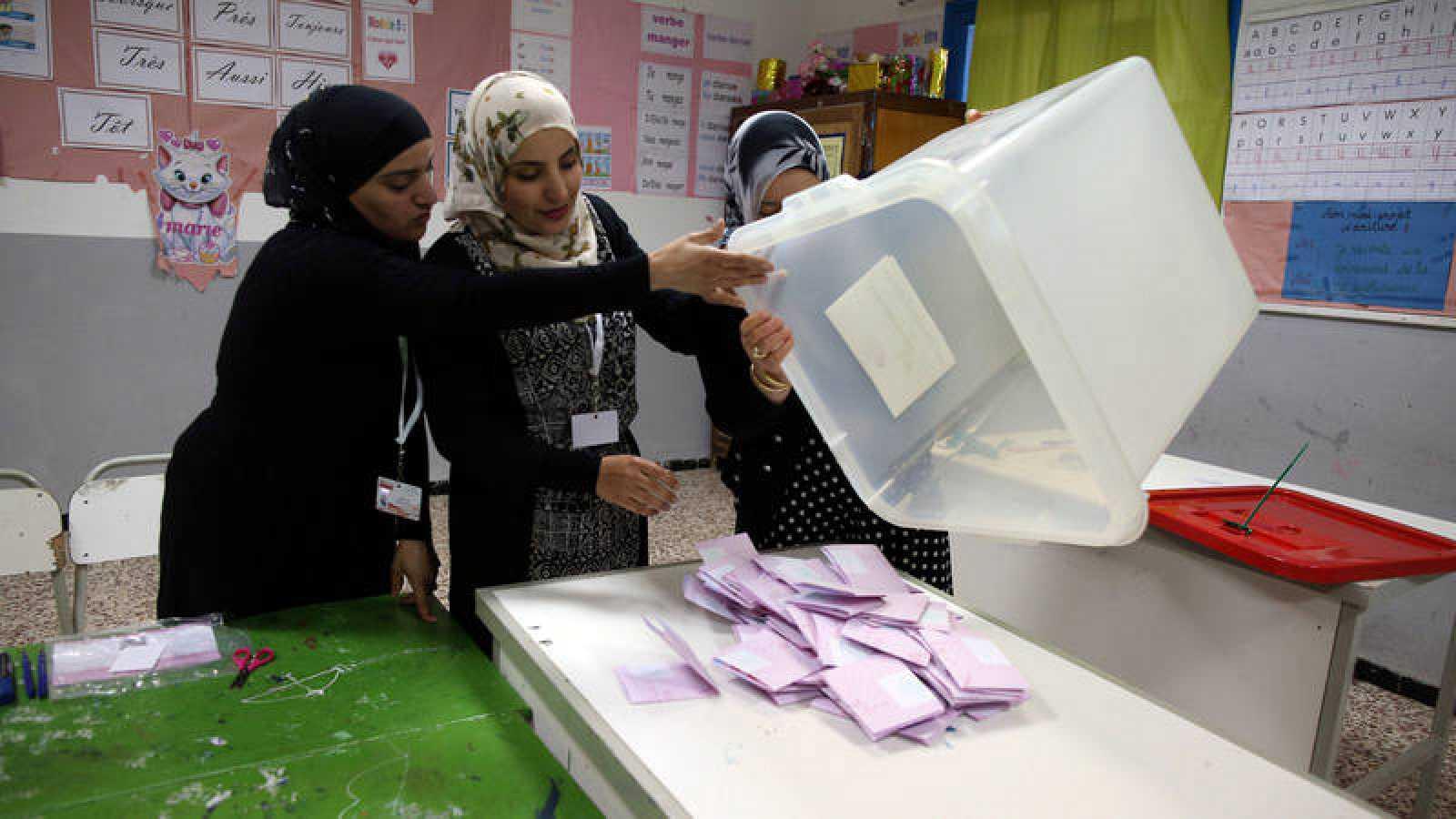 Recuento de las primeras elecciones municipales en Túnez tras la dictadura