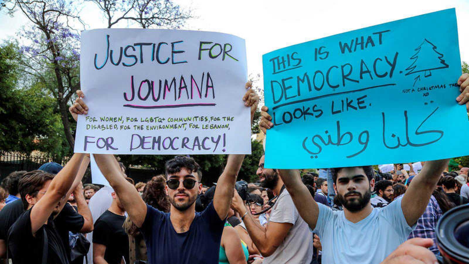 Seguidores de la activista y escritora Joumana Haddad muestran pancartas durante una manifestación frente al Ministerio del Interior en Beirut (Líbano)